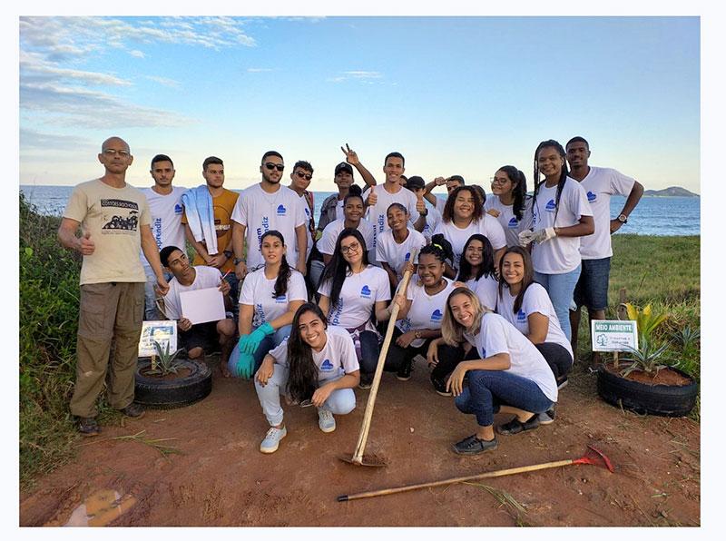 Educadores Diego Gazone e Éberson Junger Realizam com alunos Arrastão de limpeza na praia – Macaé